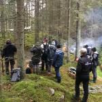 Filmcrew, projektledare, vaktmästare, kockar och assistenter hjälptes åt vid inspelningsplatsen.