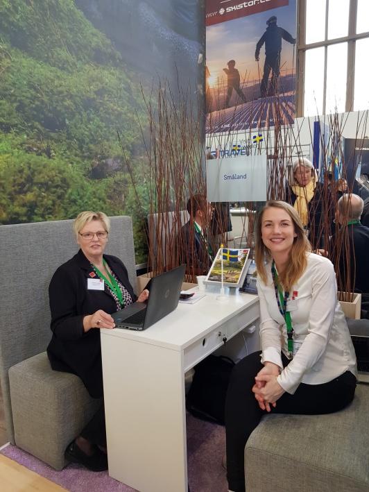 På ITB har vi mötesbord tillsammans i Småland. Här med Christina Moths från Smålands Turism (t.v)