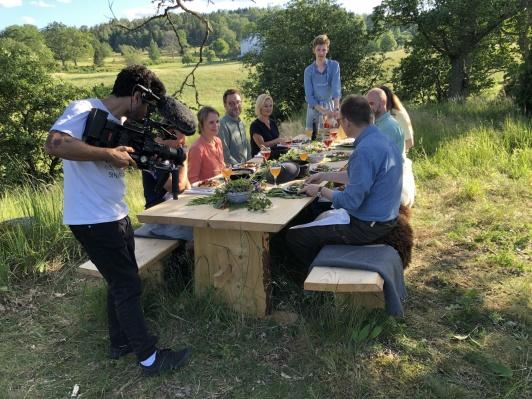 Naturnära måltidsupplevelser fångades också på film, här vid Edible Country-bordet nära Wallby Säteri.