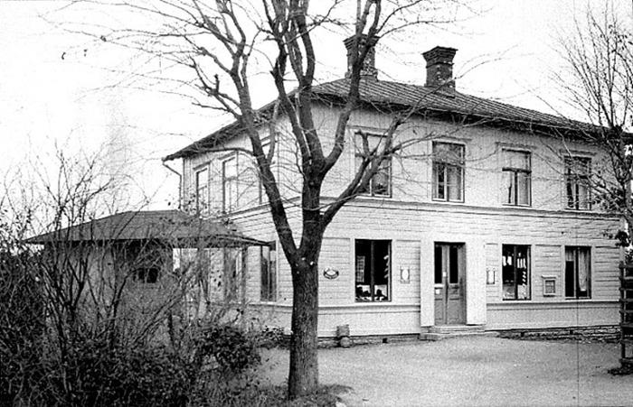 A. 5 (3) Endast digitalt. Anton Larsson diversehandel i Varnhem år 1925. Affären byggdes av August Gustafsson 1903-1904. Samma år som järnvägen byggdes och startade sin verksamhet den 31/3 1904. En välordnad lanthandel ca 20 år efter uppbyggnad, 1925, med uppförd mindre 'paviljong' mellan järnväg och affärshus. Troligen nymålad fastighet. Anton Larsson driver affären mellan 1914 och 1936, då han dör, och den ser ut att ha varit ovanligt välskött. Foto T. Hartman. Insatt av Kent Friman, 2014-02-14. Läs mer på www.saj-banan.se!