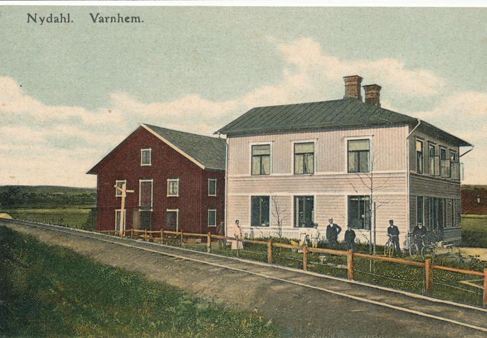 A. 5 (2) August Gustafssons diversehandel omkring 1905. På bilden August Gustafsson, född 1851med hustrun Matilda Sofia Sandgren, född 1850 och till höger efter de båda bodbiträdena står sonen Karl Konrad Hammarsten, född 1877. Längst till höger handelsbiträdena Johan Fredrik Persson, född i Winköl 1866, flyttade in från Skövde redan 1894 samt Anders Otto Edgren, född i Götlunda 1879, som flyttat in från Väring 1904, Insatt av Kent Friman, 2014-02-14. Läs mer på www.saj-banan.se!