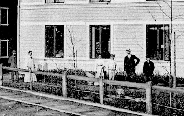 A. 5 (4) Endast digital bild! Detalj - Nydal - August Gustafssons diversehandel omkring 1905. På bilden August Gustafsson, född 1851med hustrun Matilda Sofia Sandgren, född 1850 och till höger efter de båda bodbiträdena står sonen Karl Konrad Hammarsten, född 1877. Affären säljs efter Konrads död 1914 till Anton Larsson; Handlanden Anton Leopold Larsson, född i Lerdala 1872 den 15/11 - han flyttar in med familj från Kyrkefalla den 23/11 1914 - samma dag som fru Hammarström flyttar ut. Insatt av Kent Friman, 2014-02-14. Läs mer på www.saj-banan.se!