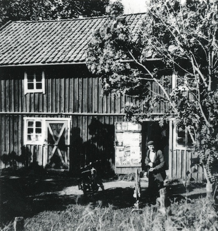 A. 35 (2) Gärdhems östra uthus. Bild tagen från SAJ-spåret på samma magasin med Knuts verkstad på Gärdhem. Knut vid ett annat tillfälle. mer av byggnaden syns - affischerna annolunda. Magasinet revs senare och endast en uthusbyggnad av de två bakom Gärdhem återstod innan branden 1979. Insatt av Kent Friman, 2014-02-18. Läs mer på www.saj-banan.se!