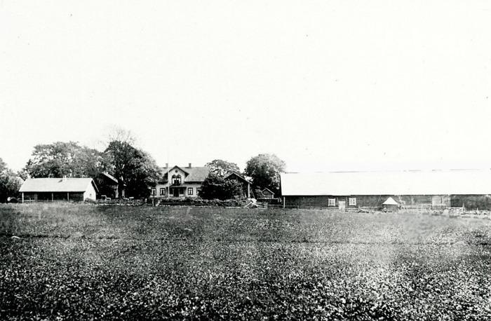 A. 9 Hålltorp 1925-1930 med den ladugård i U-form med ena längan alldeles utmed vägen som sedan revs 1944. Hålltorp är sammanlagt av föera tidigare enskilda gårdar som tillköpts. Bland dessa kan nämnas Lilla Hålltorp (på nuvarande plats för Hålltorp), Stora Hålltorp (söder om landsvägen), Smedsgården, Stenhammar, Sten. Till gården hörde under 1800-talets senare del 4 dagsverkstorp; Lillekullen, Kullaliden, Slottet och Stenslund. Nuvarande manbyggnaden uppfördes 188 av Per August Pettersson, farfar till den siste Petterssonske ägaren. Övriga byggnader är avsevärt äldre! Den lilla toppiga bygganden framför ladugården är ett avträde uppfört i liggande timmer! En ny byggdes upp med gaveln mot vägen. Ladugårdsdelen närmast vägen var sedan gammalt häststall och loge, med en rejäl inkörningsöppning till ladugårdsgatan. Brygghuset till vänster i bild framför mangårdsbyggnaden med sina två flygelbyggnader. Bild tagen från Knivaledet. Insatt av Kent Friman, 2014-02-17. Läs mer på www.ljungstorpshistoria.se!