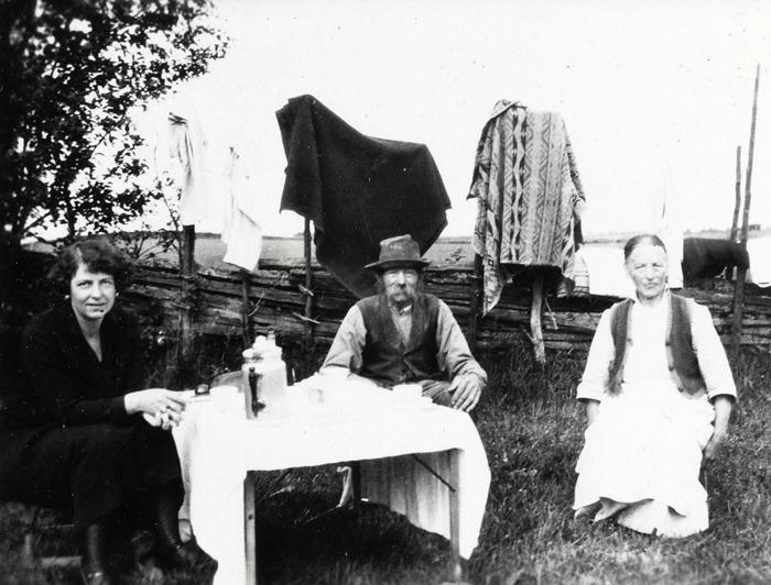 F 9 (2) Mjölnaren vid Håltorps kvarn Linus Berg och hans hustru Charlotta samt en gäst, Britta Wallin. 1929. Insatt av Kent Friman, 2014-03-02. Lär mer på www.ljungstorpshistoria.se!