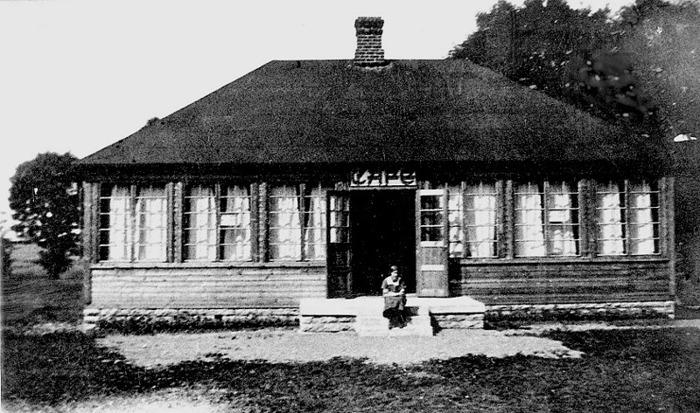 A. 15 (1) Bild från 1925 och det nyss uppförda Café Klostergården - inte ännu målat! Dottern Elisabeth från familjen Rosander på trappan. Klostergården uppfördes 1925, ursprungligen i en våning, sedermera påbyggt med en våning. Det har alltsedan byggnadstiden inrymt café, dessförinnan hade ägaren fru Elsa Rosander drivit café i den 1910 tillbyggda delen av Varnhems järnvägsstation. Inför pensioneringen byggde stationsinspektor Otto Rosander en andra våningen som bostad med inflyttning 1935. Insatt av Kent Friman, 2014-02-17. Läs mer på www.saj-banan.se!