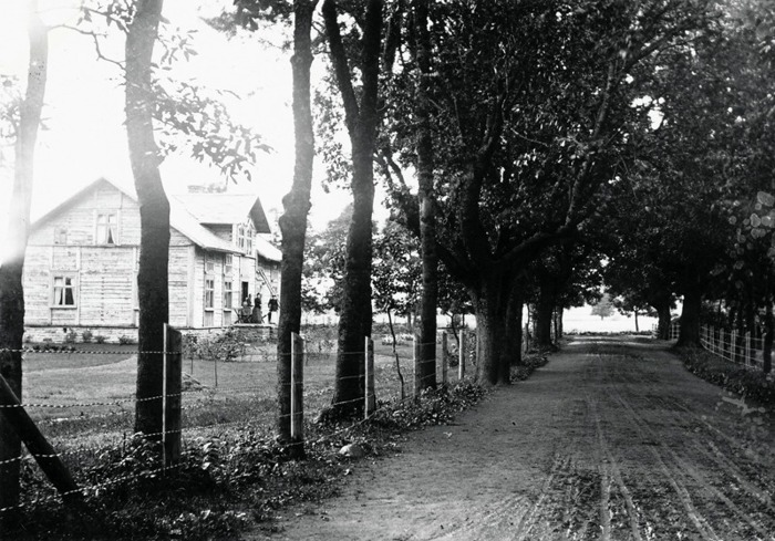 A. 17 (1) Klosterdahl 1892. August Gustafsson med familj på trappan till Klosterdal. Fotograf Ludvig Eriksson, Skövde 1892. // Husförhörslängder 1880-1895; Klosterdal; Ägare Handlanden August Gustafsson, född i Lerdala 1851 den 27/2 - tar över Klosterdal 1891 den 2/11 och flyttar in med sin familj; Hustru Matilda Sofia Sandgren, född i Marum 1850 den 24/1 Son Karl Konrad, född i Varnhem (Hammarskvarn) 1877 den 3/11 Dotter Ellen Viktoria, född i Varnhem 1882 den 2/4. //Till Klosterdal flyttar också 1894 nedanstående personer; Handelsbiträdet Johan Fredrik Persson, född i Winköl 1866 den 18/9 Flyttar in från Skövde den 10/5 1894 - vilket visar att August redan nu bedrev handelsbod i Varnhem. Enligt Nils Lann gjorde han så i den norra delen av huset, innan han byggde Nydal 1903-1904. Pigan Emma Kristina Andersdotter, född i Hornborga 1869 den 25/9 - flyttar in från Hornborga den 9/11 1893, ut igen den 13/11 1894 Pigan Ida Karolina Hallberg*, född i Hornborga 1876 den 7/7 - flyttar in från N. Lundby den 15/11 1894 Pigan Emma Sofia Johansson, född i Wartofta Åsaka 1860 den 10/10 - flyttar in från Kjelvened den 26/11 1894 Dräng Johan Alfred Johansson, född i Berg 1866 den 15/2 - flyttar in från Prästegården den 15/11 1894 - alltså samtidigt boende på Klosterdal familjen Gustafsson, 2 pigor och en dräng förutom hyresgäster. * Karolina Hallberg, dotter till skräddaren Gustaf Hallberg från Broddetorp, gifte sig 1899 med Linus Ryden Hasselbacken. Hyresgäster hos August och Sofia på Klosterdal blir; Organisten Carl August Hedén, f. i Nyed Värmlands län 1858 den 13/6 - in från St Michelsgården 24/3 1894 med sin hustru, vigda den 7/4 1890 Hustrun Johanna Bernhardina Lundin, född i Lidköping 1862 den 6/6 Dotter Agnes Eleonora, född i Nyed 1892 den 26/7 Son Gustaf Hadar, född i Varnhem 1893 den 23/10 - familjen utökas här till fem barn t o m 1902 och hela familjen flyttar ut 1904 för hyra på Gästgifvaregården i två år innan de lämnar Varnhem för Malmö 1906. Insatt av Kent Friman, 