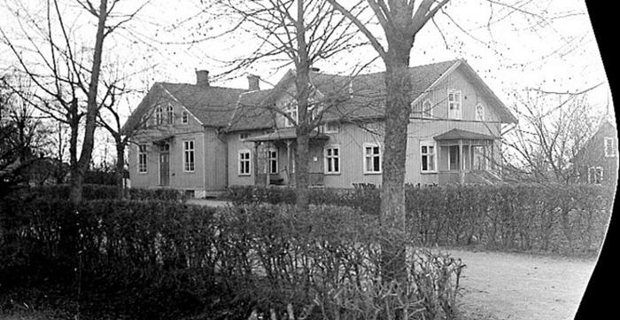 A. 18 (3) Endast digital bild! Bild från 1917. Då byggdes Klosterdahl till åt söder av Varnhems församling som nu tagit över byggnaden och skolverksamheten kunde starta sin första hösttermin i en övre skolsal med möjlghet till gymnastik och den stora skolsalen och omklädningsrum nederst. Klosterdahl var nu Varnhems Folkskola med Håkan Gabrielsson, född 1894 den 16/8, som vikarierande folkskollärare under höstterminen 1917 - sedan ordinarie från och med 1918-01-01. Han flyttade in med familj 1917 den 28/12. August Pettersson bor kvar i byggnadens huvudlägenhet till 1920, då han dör. Bilden tagen 1928. Fotograf: Sanfrid Welin (Bild från Västergötlands Museum - bildarkivet/bildnummer: A40495). Insatt av Kent Friman, 2014-02-17. Läs mer på www.saj-banan.se!