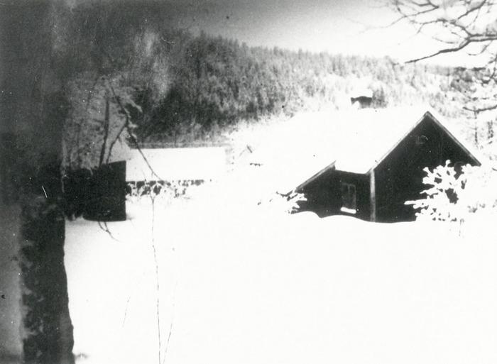 A. 32 (2) Lilla Slottet Ljungstorp. Då var lägenheten Torp under Hålltorp. Här bodde Henning och Emma Persson med fyra barn. Torpet revs på 1940-talet! Insatt av Kent Friman, 2014-02-24. Läs mer på www.ljungstorpshistoria.se!