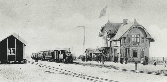 A. 25 (1) Varnhems järnvägsstation runt 1906. Ännu fanns inte toalettbyggnaden. Insatt av Kent Friman, 2014-02-17. Läs mer på www.saj-banan.se!