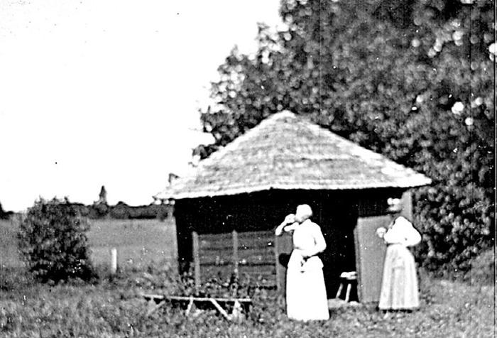 A. 28 (4) Endast digital bild! Brunnshuset Himmelskällan 1921. Foto S. Welin. Bild från Västergötlands Museum - bildarkivet/bildnummer: A40508. Insatt av Kent Friman, 2014-02-24.