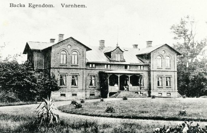"""A. 29 (1) Backa egendom. Backa; huvudbyggnaden i nordtysk stil byggd under åren 1881-82- under en tid med exotiska växter i planteringarna och takkupa med flaggstång. Arkitekten hette Sjöberg och kom från Danmark. Ägaren Schjöler kom själv från Schlesvig-Holstein och betalade 40 000 rdr. Hans stora satsningar på gården var inte omedelbart lönsamma och han var tvungen att lämna gården till exekutiv auktion 1886 efter konkurs. Backa är ett från """"Grefve Magnii Dontaion"""" reducerat militiae hemman, senare skatteköpt. 1832 köpte fanjunkare S. M. Svalander backa av änkefru Sophie Lundin, född Lejonstolpe från Husgärdet, och hennes barn samt Handlanden Warenberg och fröken Lundin. 1844 sålde Svalander gården till dåvarande löjtnanten Niklas Wetterberg, som genom köp av intillliggande Hemman; bl Solberga, väsentligt utökade gården och gav den dess nuvarande karaktär. 1873 försålde majoren Wetterbergs sterbhus Backa till danske godsägaren S. M. Schjöler. Denne uppförde den nuvarande huvudbyggnaden i tysk/dansk stil. 1886 såldes gården till Alfred Eklind. 1912 försålde dennse sterbhus Backa till Konrad Billing. 1934 blev fru Edit Ranow ägare. 1936 inköpte agronomen Harry Tell Backa. 1986 övertogs gården av sönerna Hans och Carl Arvid Tell. Magssinet är uppfört 1894. Stallet 1915. Logen 1933 och tillbyggd samt ladugåren 1938. Sedan 2013 finns en helt ny ladugård byggd på gården. Insatt av Kent Friman, 2014-02-24. Läs mer på www.saj-banan.se & www.ljungstorpshistoria.se!"""