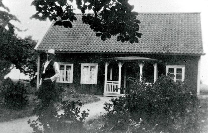"""A. 37 (1) Tomten med """"Tomtasmén"""" Anders Gustav Andersson född 5/8 1856 i Forshem död 17/11 1950 på Skarke 3:1. Hans hustru Sofia Mathilda Andersson f. Stålman 14/6 1856 i Frösve död 27/6 1939, Tomten."""