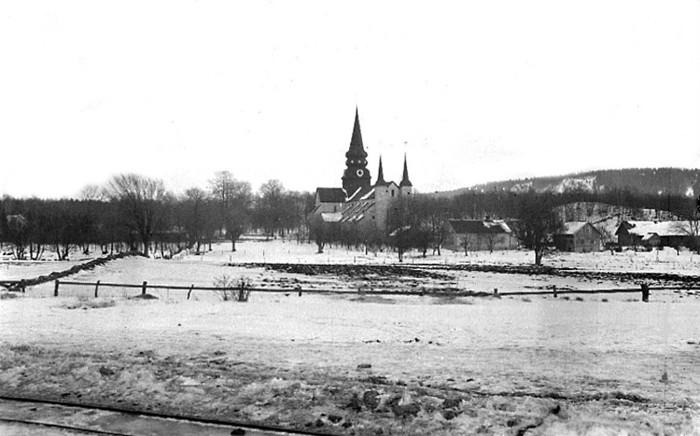 B. 7 (5) Endast digital bild! Utsikt mot kyrkan från Stationshuset i Varnhem 1924. Foto Sanfrid Welin. Bild från Västergötlands Museum - bildarkivet/Bildnummer: A40237. Insatt av Kent Friman, 2014-02-25.