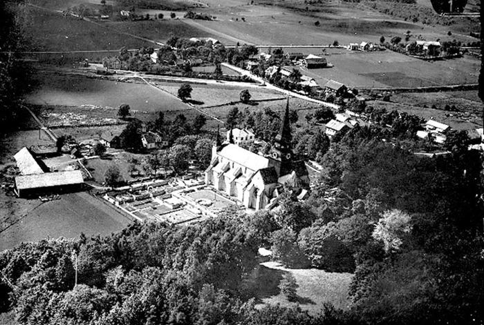 B. 7 (3) Endast digital bild! Flygfoto över Varnhems centrum 1930-tal från öster. Insatt av Kent Friman, 2014-02-25.