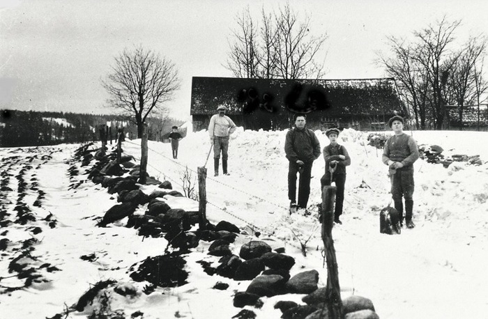 C. 9 (2) Snöskottning vid Överbo Sörgården (ovanför, öster om kyrkan) år 1926. Karl blomkvist, Erik Thimberg, Sven Gustafson och Nils Fagerlind. Insatt av Kent Friman, 2014-02-26.