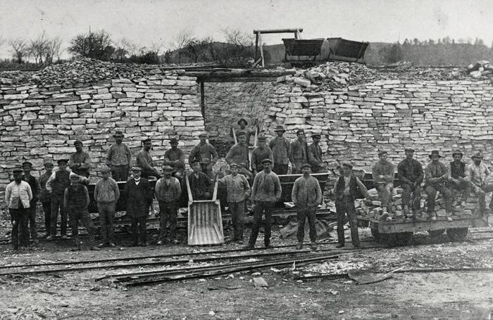 C. 16 (1) Arbetslag i Ulunda kalkbrott omkring 1920. Bilden är tagen framför en ugn norr om bäcken. Den s.k. Hammarsbacken syns därbakom. Insatt av Kent Friman, 2014-02-26.