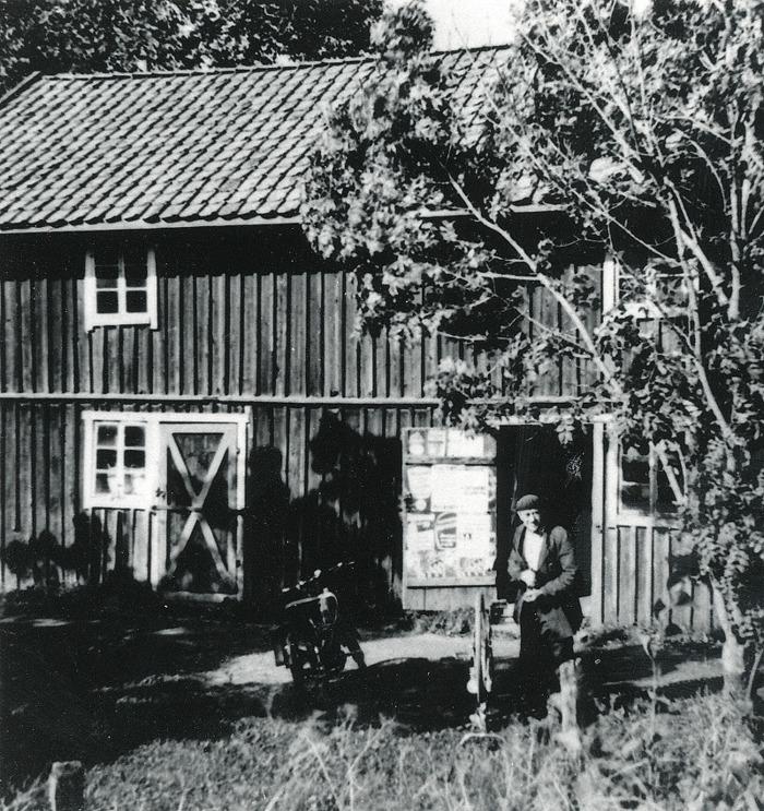 C. 18 (2) Bild tagen från SAJ-spåret med Knuts verkstad på Gärdhem. Magasinet brann ner och inget uthus fanns kvar efter branden 1979. Insatt av Kent Friman, 2014-02-26. Läs mycket mer på www.saj-banan.se!