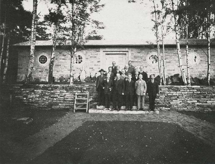 """D. 1 (1) Invigning av Varnhems Klostermuseum 1928. """"Den inre kretsen"""". Insatt av Kent Friman, 2014-02-27."""