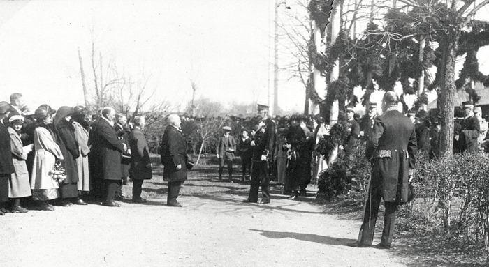D. 5 (1) Kyrkoherde Armand von Sydow hälsar konung Gustaf V välkommen till Varnhem Kriti Himmelsfärdsdag 1923. Insatt av Kent Friman, 2014-02-27.