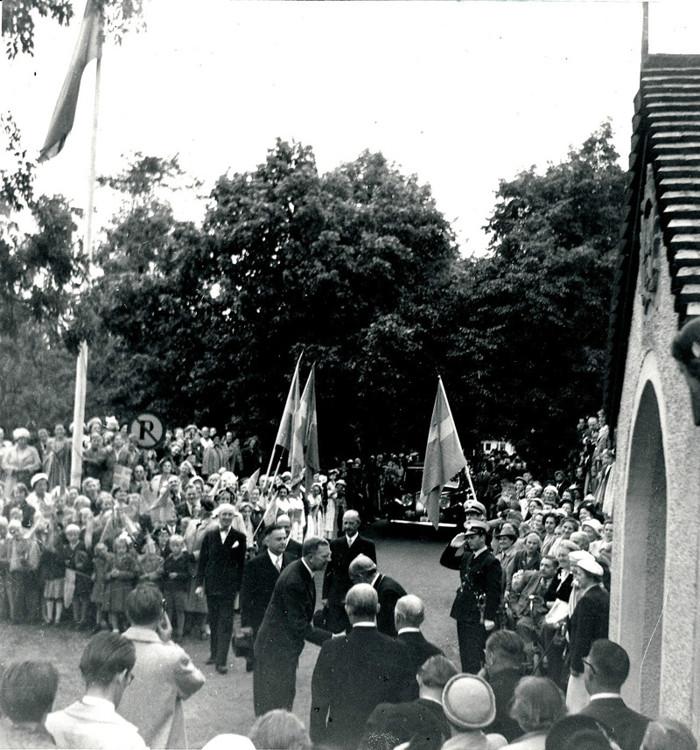"""D. 15 Gustaf VI Adolf anländer till Varnhems klosterkyrka på sin """"Eriksgata"""" 1951 och möts av en stor folkmassa. Här hälsas han välkommen av biskop Rudberg. Insatt av Kent Friman, 2014-02-27."""