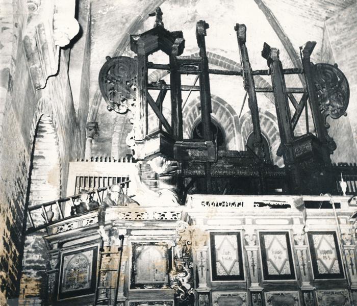 D. 23 NYårsafton 1965 brann orgeln i Varnhems klosterkyrka. Kvar stod endast några förkolande stolpar. Valvribborna i kryssvalvet splittrades av värmen och hela kyrkan svärtades av sot. Återställande av kyrka och orgel tog ett par år. INsatt av Kent Friman, 2014-02-27.