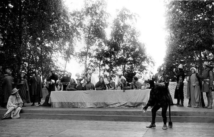 D. 22 Endast digital bild. Spelet om Sancta Helena uruppfördes i Varnhem den 2 - 3 juli 1932 på kullen bredvid Varnhems klosterkyrka. Helen spelades av opersångerskan Sigrid Brandel. Även Marigt Engstrand fanns med i rolllistan - se x på bilden. Bild från Gudrun Ramviken, Sörgården, Varnhem, 2014. Insatt av Kent Friman, 2014-04-28.