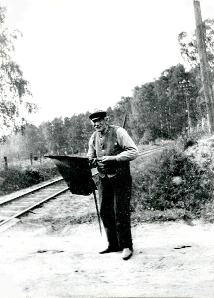 E. 2 (2) John Agust Andersson i Ljungstorp, född 1846 - död 1935. Andersson hade redan ffrån järnvägens bröjan anställning som grindvakt samt att posta tågen. Tågbiljetter såldes i gården Ljungstorps kök. Andersson var i bygden känd som en god och vänlig man. Insatt av Kent Friman, 2014-02-28. Läs mer på www.saj-banan.se! Klicka på bilden för att se den mindre!