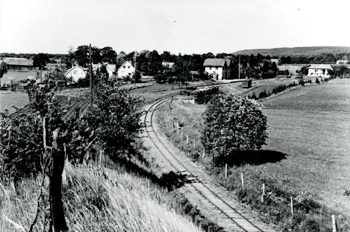 E. 5 (1) Stickspåret från Varnhems station till Ulundas kalkbruk. Kalkbruket lades ner 1957. Godsmagasinet mitt emot stationshuset är borttaget. Insatt av Kent Friman, 2014-03-02. Läs mer på www.saj-banan.se!