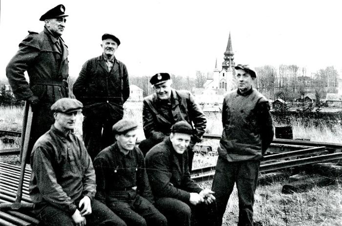 E. 6 (1) Arbetslaget för rivning av bron vid Ulunda 1965. Insatt av Kent Friman, 2014-03-02. Läs mer på www.saj-banan.se!
