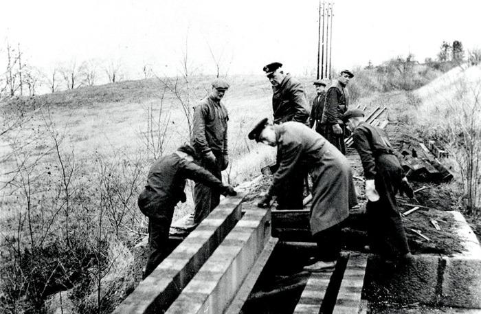 E. 6 (2) Rivning av bron på Ulundaspåret 1965. Insatt av Kent Friman, 2014-03-02. Läs mer på www.saj-banan.se!