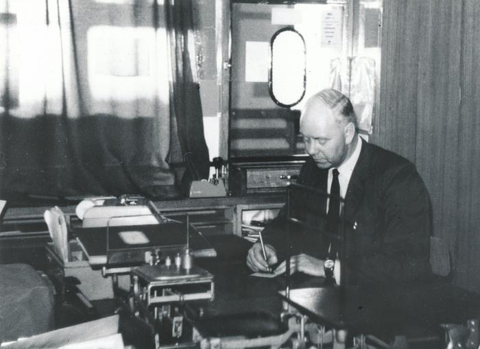 E. 8 (1) Roland Johansson i arbete på Varnhems poststation 1970-talet. Foto Stina Johansson. Insatt av Kent Friman, 2014-03-02. Läs mer på www.saj-banan.se!
