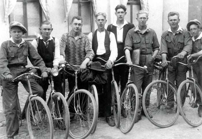 F. 5 Varnhems cykelklubb (omkring 1930). Ynglingarna på bilden heter fr.vänster; Erik Thimberg, Gustav Persson, Nils Dahlberg, Martin Blomqvist, Karl Thimberg, Nils Fagerlind och Sven Gustavsson. Insatt av Kent Friman, 2014-03-02.