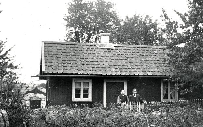 F. 7 (2) Gusten Daag och hans mor framför stugan på Fjället, grannar till Dahlbergs vilka bodde i en liknande Stuga. Insatt av Kent Friman, 2014-03-02.