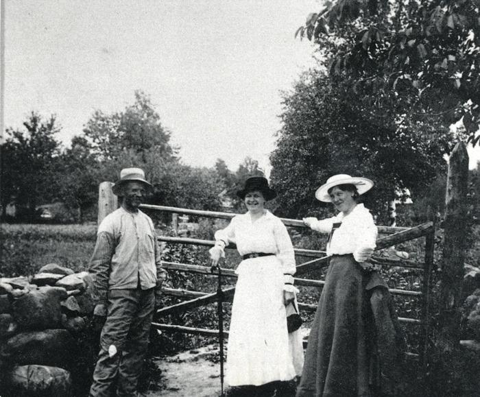 F. 8 1918-1920 vid ledet till Melltorp, (Apells). Personer; Karl Ullberg, Sandbäcken, Fru Högberg, Skövde och fru Juhlin, Skövde. Ullberg bodde i Sandbäcken , som han också brukade. I yngre dagar hade han arbetat i Stockholm. Han var en pratsam man som hade många idéer. Under vårvintrarna brukade han gå omkring i bygden och beskära och ympa fruktträd. Insatt av Kent Friman, 2014-03-02. Läs mer på www.ljungstorsphistoria.se!