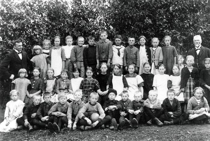 F. 11 Skolklass i Varnhem. Lärare är Håkan Gabrielsson och Carl Nykvist, förr lärare i Norra Lundby, här då 68 år gammal. Angående läraren Carl Nyberg; Carl Johan Nyberg född 8/5 1857 i Velinga död 25/5 1940 i Rosenhill i Norra Lundby; hans hustru Märta Kristina Nyberrg född Jonsson 23/4 1858 i Norra Lundby gift 20/2 1880, död 22/3 1938 i Rosehill i Norra Lundby. Insatt av Kent Friman, 2014-03-03.