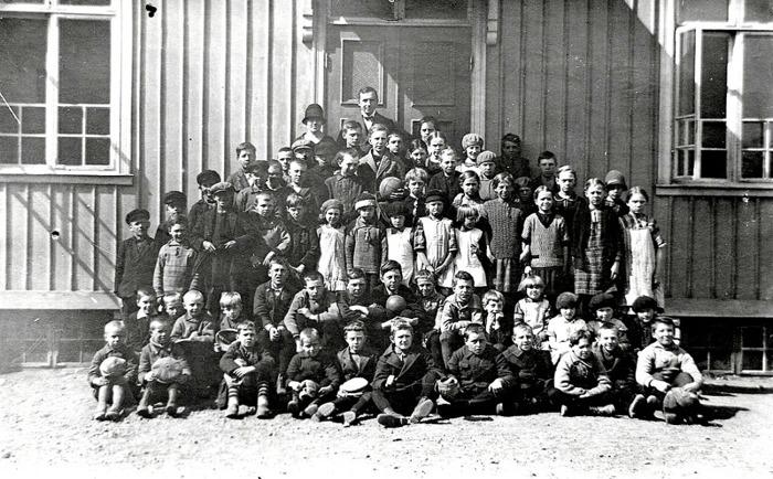 F. 0 (5 a) Finns i gul pärm. Alternativt foto 1928 - troligen skolstarten hösten 1928. Tvillingarna Egon och Evald Frimans skolstart längst ner till vänster. Insatt av Kent Friman, 2014-03-03.