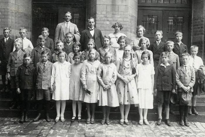 F. 19 Ett gruppfoto av klass 6 från Varnhems och Ljungstorps skolor. Klasserna var på skolresa till Stockholm och Uppsala 1931. Resan tog 5 dagar och inkvartering skedde i Klara skola där också fotot togs. Insatt av Kent Friman, 2014-03-03.