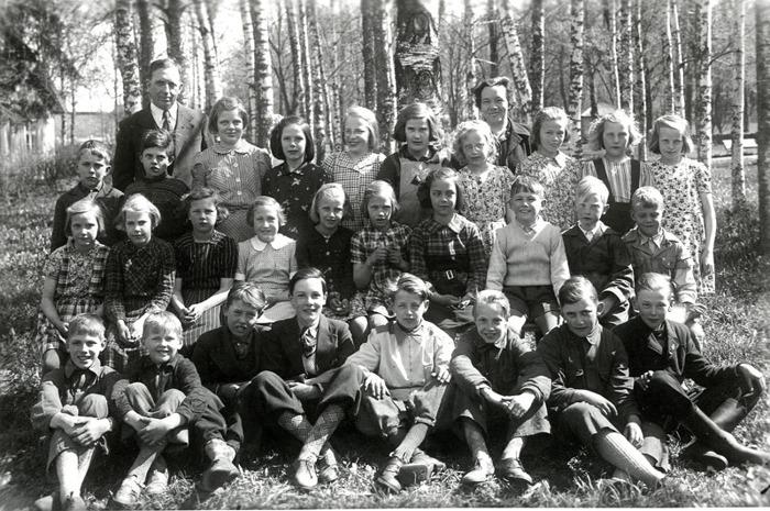 F. 0 (10) Finns i gula pärmen. Elever vid Varnhems skola 1943 med lärare Håkan Gabrielsson och Tyra Andersson. Insatt av Kent Friman, 2013-03-04.