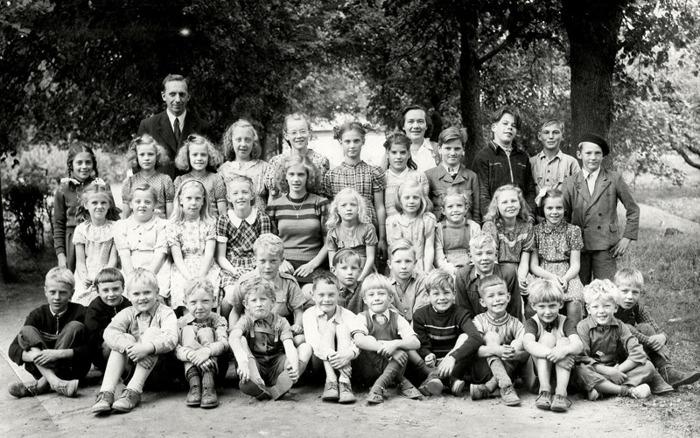 F. 0 (13) Finns i blå pärm. Elever och lärare vid Varnhemsskolan 1947. Lärare Håkan Gabrielsson och Tyra Andersson. Från vänster i övre raden; Siv Sjökvist, Sonja Molin, Svea Molin, Marianne Modin, Birgitta Land (Wetterberg), Doris Josefsson, Margit Ask, Folke Nyström, Yngve Sjökvist, Samuel Pettersson (Peinert) och Bengt Gustavsson. // Andra raden uppifrån från vänster; Elly Gyltman, Margareta Landh (Johansson), Inger Friman, Kerstin Lindh (Antbäck), Maj-Lilly Josefsson, Irmgard Lindahl, okänd, Elsa Tell, okänd och Gunvor Sjölin (Peinert). // Nedersta raden från vänster; Lennart Johansson, Alf Sjökvist, Kurt Främst, , okänd, Rune Johansson, Hans Tell, Stellan Lindström, Alf Torstensson, Arne Strid, Erland Larsson, Bo Johansson, Öijvind Sjölin, Tommy Josefsson, Carl-Arvid Tell och Karl-Erik Nilsson. Insatt av Kent Friman, 2014-03-03.