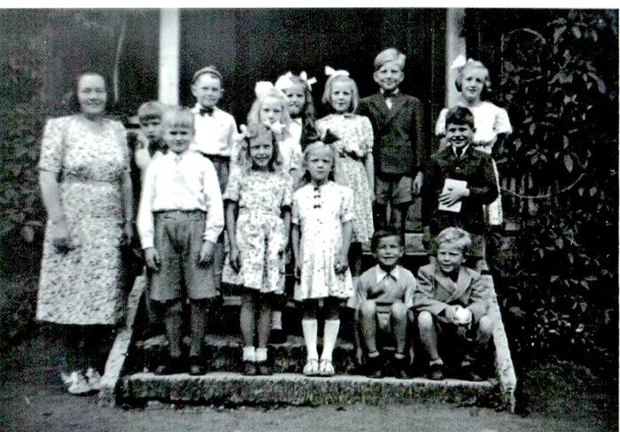 F. 0 (14) Endast digital bild. Skolklasser Tyra Andersson 1947 examen Tyra, Tommy Josefsson, Fjället, Kurt Främst, Stellan- , flickan fram, bakom Inger Friman, Dalhem, bakom Elsa Tell, Backa, höger Irmgard Lindahl, Lilla Nohläng, flickan längst fram-, bak pojke Ahlner, prästgården, längst bak höger flicka - framför Öjvind Sjölin, sittande; Hakons pojk, Carl Arvid Tell. Bild från Kerstin Antbäck, Björsgården.Insatt av Kent Friman, 2014-05-26.
