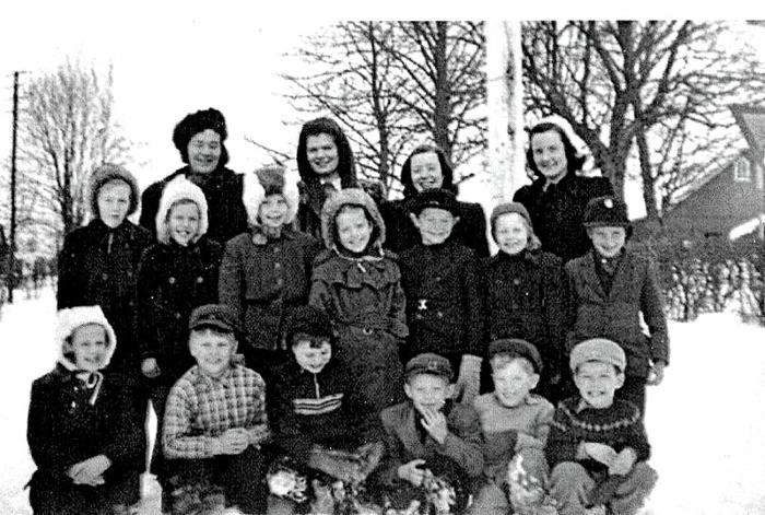 F. 0 (15) Endast digital bild. Skolklasser Tyra Andersson 1947. Examen sittande fr vä; flicka,  Tommy Josefsson, Fjället, Kurt Främst, Stellan- ? Stående fr vä;  flicka?, Inger Friman, Dalhem, Elsa Tell, Backa, Irmgard Lindahl, Lilla Nohläng, -, Ahlner, prästgården, Öjvind Sjölin, Hakons, Carl Arvid Tell. Insatt av Kent Friman, 2014-05-26.