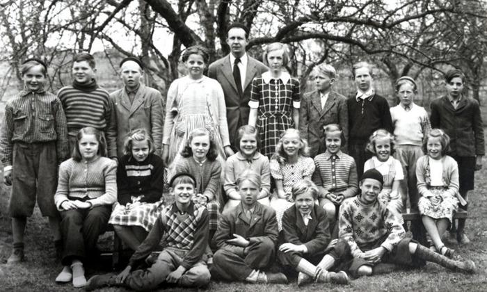 F. 0 (3) Endast digital bild. Året är 1951. Lärare var Bendt Jachau  ,  Klasser 3-4.   Bakre raden fr. vä. :  Tommy Josefsson, Halleborg,  Bo Johansson, Boliden,  Ove Karlsson, Backa,  Margareta Landh,  Ludvigsberg.  Läraren B. J.,  Kerstin Lindh, Björsgården, Roland Gustavsson, Sörgården,  Stig Carlsson (Cannmo) Åkershäll,  Rune Johansson, Evertslund och  Alf Gösta Sjökvist Gustavsberg.   Mittrad fr.vä. : Anna-Lisa Arvidsson, Hällsdalen, Margareta Nilsson, Nygården,  Kerstin Karlsson (Larm), Solhem,  Vivianne Andersson,  Irmgard Lindahl (Johansson), Görel Olsson, Järnvägsstationen,  Birgitta Berner, Fogdegården och  Margot Johansson, Evertslund.  Främre raden fr.vä.: Petrus Pettersson (Peinert),  Smedsgården,  Hans Carlsson, Backa,  Ingemar Carlsson (Cannmo),  Åkershäll och Arne Strid, Björkhyddan.