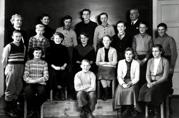 År 1954-1955, Lärare Verner Ahlstedt, Öglunda.   Bakre rad 9 st. fr. vä: Edit Ahlstedt,  Petrus Peinert, Smedsgården,  Kenneth Andersson, Åsa,  Folke Stenander, Öglunda,  Tor Andersson, Åsa,  Rustan Carlsson, Öglunda,  Verner Ahlstedt, Per Westerlund, Hallan,  Olof Lindgren, Lundbygatan.   Mittrad 5 st, fr. vä: Erik Larm, Blomberg,  Kurt Johansson, Vibonätt,  Matgot Johansson (Ceasar), Evertslund,  Gerd Persson, Öglunda, Solveig Carlsson (Sundequist), Ödelöten.   Främre rad 4 st. fr. vä: Harriet Viking, Istrum,  Lennart Warnemark, Löten,  Noomi Johansson, Vibonätt,  Margareta Nilsson (Strandh) Nygården. Bild och text från Petrus Peinert, Varnhem. Insat av Kent Friman, 2014-09-01.