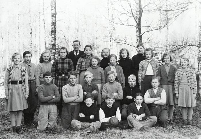 Ljungstorp 1952-1953 Lärare Emil Håkansson. Bakre rad 4. från vänster: Gunilla Håkansson (Folkskolan Varnhem), Alf-Gösta Sjökvist (Gustafsberg, Varnhem), Kerstin (Larm) Karlsson (Solhem, Varnhem), Berit Ferm (Noltorp), Margareta Landh (Ludvigsberg, Varnhem), Verna Andersson (Svea), Rut Lundberg (Storekullen) , Alf Thorstensson (Varnhem), Halvrad 3. : Margot Johansson (Varnhem), Noomi Johansson (Vibonätt), Margareta Nilsson (Varnhem), Birgitta Berner (Varnhem), Solveig (Sundequist) Carlsson (Ödelöten). Rad 2: Petrus Peinert (Smedsgården, Varnhem), Sven-Olof Apell (Milltorp), Kent Johansson (Hökatorp), Roland Holm (Fogdehagen), Stig Johansson (Hökatorp), Ingemar (Cannmo) Carlsson (Varnhem). Rad 1: Rune Johansson (Hagaberg, Varnhem), Lennart Warnemark (Löten), Erik Larm (Varnhem)