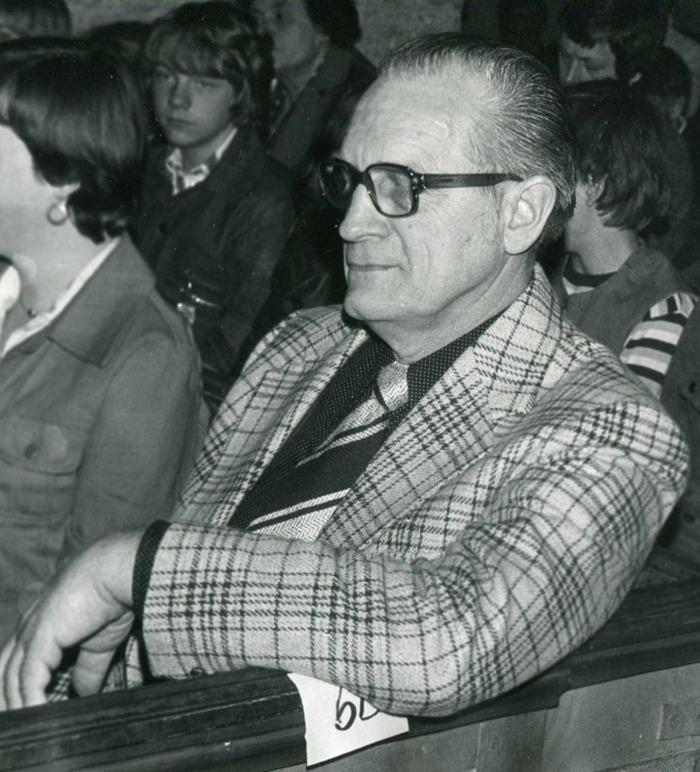 G. 8 a Endast digital bild. Pensionerade skollärare Åke Karlsson i kyrkan 1976. Foto Bo Ramviken. Bild från Gudrun Ramviken, Sörgården, Varnhem, 2014. Insatt av Kent Friman, 2014-04-27