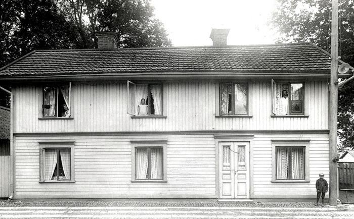 G. 45 a Endast digital bild. Huset i Skara där Margit Ekberg föddes Engstrand 1906. Tiden innan affäres och våningen vid Fisktorget i Skara. Bild från Gudrun Ramviken, Sörgården, Varnhem, 2014. Insatt av Kent Friman, 2014-06-08.
