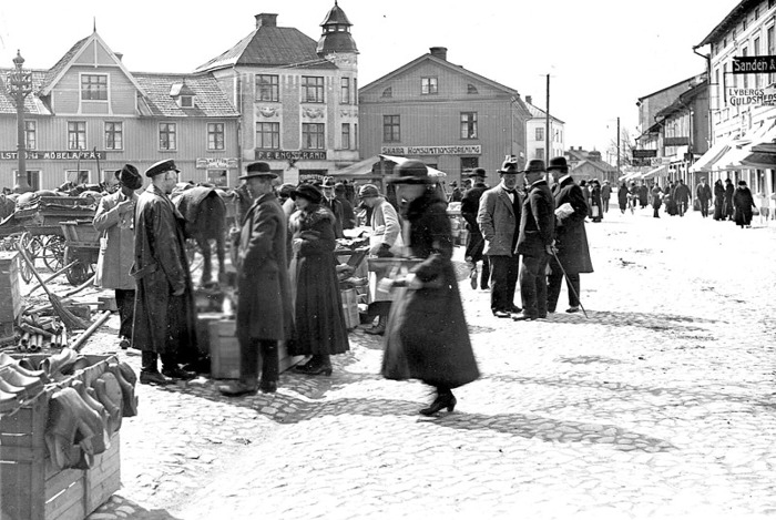 G. 50 Endast digital bild. Fisktorget Skara före 1930. Familjen Engstrand bodde i våningen över affären till 1930. Bild från Gudrun Ramviken, Sörgården, 2014. Insatt av Kent Friman, 2014-04-28