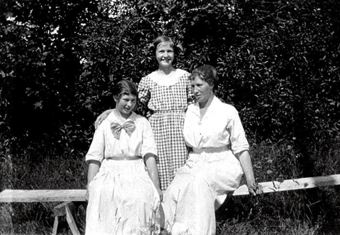 G. 58 Endast digital bild. Mamma Hilda och Margit i Varnhem 1915 i bersån. Bild från Gudrun Ramviken, Sörgården, Varnhem, 2014. Insatt av Kent Friman, 2014-04-26