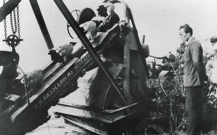 E 11 (2) Vid kabelförläggningen kan man här se grävfunktionen på fordonet ovan i användning. Insatt av Kent Friman, 2014-03-02.